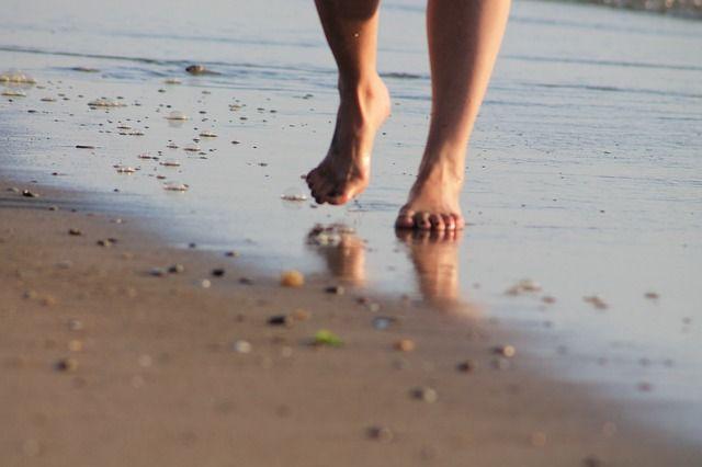 Andar descalzo en la playa